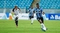 Jogadores de Grêmio e Ceará durante jogo pela Primeira Liga