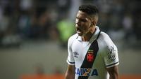 Paulinho comemora um de seus gols contra o Atlético-MG