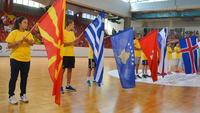 Bandeiras de Macedônia e Grécia lado a lado durante apresentação do Europeu sub-17