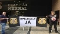 Torcedores protestam em frente ao Parque São Jorge, onde o conselho se reúne nesta segunda-feira