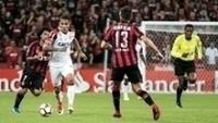 Guerrero tenta passar pela marcação de Paulo André