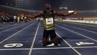 Usain Bolt comemora a vitória em sua última prova como atleta na Jamaica