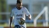 Messi controla a bola em treino da Argentina