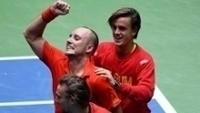 Steve Darcis (centro) comemora vitória contra Alexander Zverev