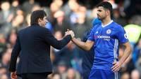Antonio Conte e Diego Costa se cumprimentam em jogo do Chelsea em 2016/17