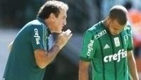 Cuca ao lado de Mayke, durante partida pelo Campeonato Brasileiro