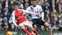 Alexis Sánchez e Kyle Walker durante um Arsenal x Tottenham: companheiros no Man City?