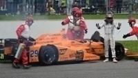 Fernando Alonso em frente a sua McLaren-Andretti quebrada na Indy 500