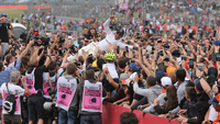 Lewis Hamilton caiu nos braços da torcida após a vitória deste domingo