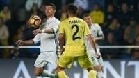Cristiano Ronaldo, do Real Madrid, domina a bola e é acompanhado por Mario, do Villarreal