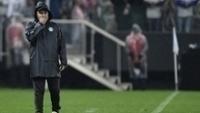 O técnico Pachequinho preocupado com o Coritiba