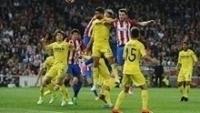 Disputa de bola entre jogadores do Atlético de Madri e do Villarreal, nesta terça-feira