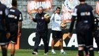 Tite e Fábio Carille observam treino do Corinthians, em 2016