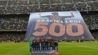 A torcida fez homenagem à marca de 500 gols de Messi na carreira