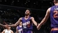 Derrick Jones Jr. cumprimenta Alex Len após acertar lance livre em Nets x Suns