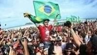 Torcida brasileira fez a festa para o campeão Filipe Toledo na praia da Barra