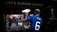 Paul Pogba leva o troféu da Europa League para o vestiário