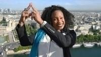 Laura Flessel-Colovic faz pose na Torre Eiffel para promover a candidatura Paris 2024