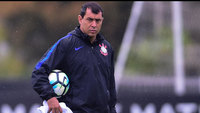 Carille comandando treino do Corinthians