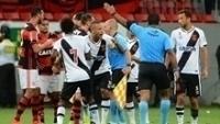 O árbitro Luiz Antônio expulsa Luiz Fabiano no clássico contra o Flamengo