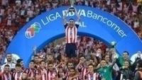 Capitão Carlos Salcido ergue o troféu pelo Chivas Guadalajara
