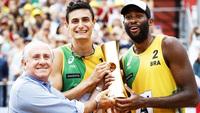 Evandro e André Loyola recebem o troféu do Mundial de vôlei de praia