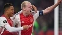 Justin Kluivert e Davy Klaassen comemoram um dos gols do Ajax contra o Schalke 04