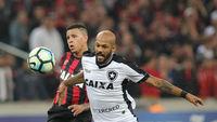 Bruno Silva, do Botafogo, em disputa com Sidcley, do Atlético-PR, em Curitiba