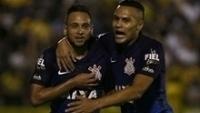 Maycon e Léo Jabá comemoram gol do Corinthians contra o Mirassol