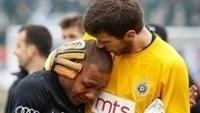 Everton Luiz, à esquerda, é abraçado pelo goleiro Filip Kljajic
