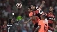 Donatti (25), do Flamengo, e Eduardo da Silva (C), do Atlético-PR, em lance no Maracanã