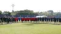 Equipe do Barcelona faz um minuto de silêncio durante treino, em homenagem às vítimas do atentado dessa quarta-feira