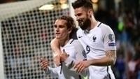 Griezmann comemora gol com Giroud nas Eliminatórias