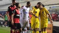 Leandro Vuaden voltou atrás em pênalti em Santos x Flamengo após conversa com quarto árbitro