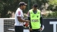 O técnico Roger Machado conversa com Robinho