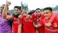 Raul Jimenez, com a máscara de lucha libre, celebra seu gol na final pelo Benfica