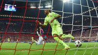 Neymar anota gol pelo Barcelona diante do Bayern de Munique na Allianz Arena