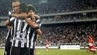 Jogadores do Botafogo comemoram gol contra o Estudiantes na Libertadores