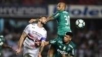 Pratto, do São Paulo, disputa bola pelo alto com Felipe Melo, do Palmeiras, no Morumbi