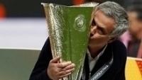 Mourinho beija o troféu da Liga Europa, que ele antes desprezava