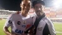 Ricardo Oliveira recebe troféu de melhor em campo na vitória sobre o Sporting Cristal