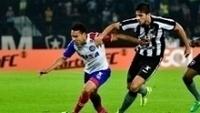 Edigar Junio, do Bahia, em lance contra Igor Rabello, do Botafogo, no Engenhão