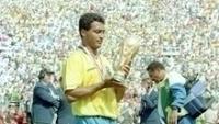 Romário admira a taça da Copa do Mundo, em 1994