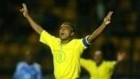 Romário agradece torcida no Pacaembu em jogo de despedida, em 2005