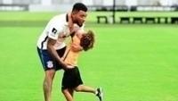 Kazim abraça o filho no treino do Corinthians
