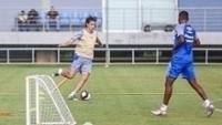 Pedro Geromel (esq.) durante treino do Grêmio