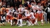 Cairo Santos é festejado por companheiros dos Chiefs após vitória sobre Broncos