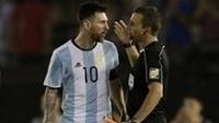 Lionel Messi discute com Emerson de Carvalho durante Argentina x Chile