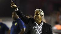 O técnico Reinaldo Rueda orienta o time do Fla contra o Independiente
