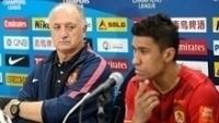 Luiz Felipe Scolari observa Paulinho em entrevista coletiva do Guangzhou Evergrande